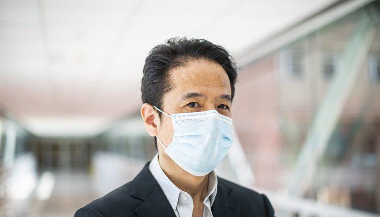 Tomoaki Kato, quien realiza trasplantes intestinales y hepáticos en adultos y niños en el Centro Médico Irving de la Universidad de Columbia del Hospital Presbiteriano de Nueva York, en Nueva York, el 17 de mayo de 2021. (Joshua Bright/The New York Times)