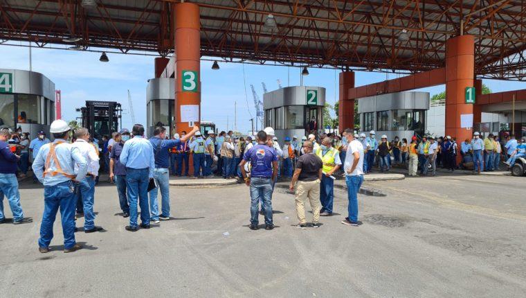 Trabajadores de la EPQ protestan por la intención de algunos diputados de aprobar la ley reguladora de puertos, iniciativa 5545. (Foto Prensa Libre: Cortesía)