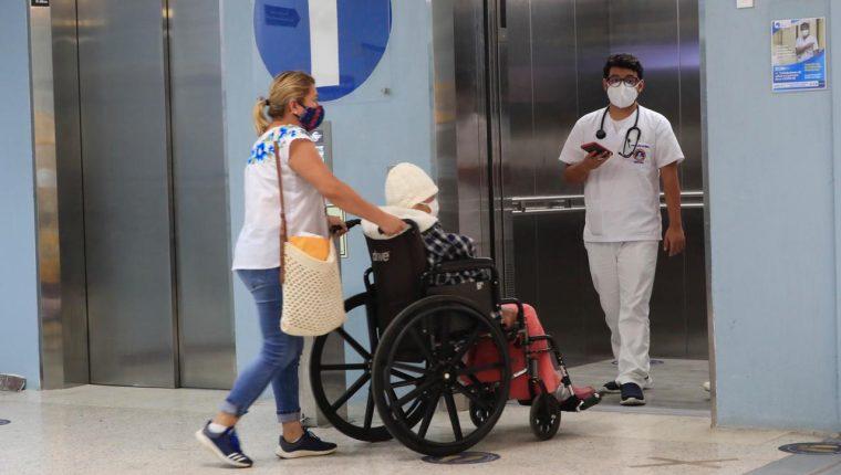 El Hospital General San Juan de Dios es uno de los que más complicaciones tiene debido al desabastecimiento de medicinas y saturación de áreas de covid-19. (Foto Prensa Libre: Élmer Varga)