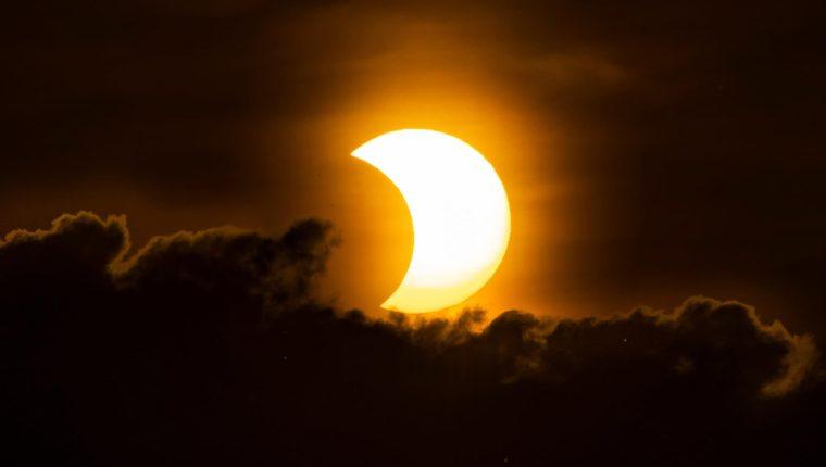 Un eclipse solar parcial visto en Nueva York, Estados Unidos, el 10 de junio de 2021. (Foto Prensa Libre: EFE)