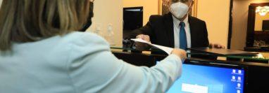 Gobierno presenta iniciativa de ley de compensación por efectos adversos a la vacuna contra el coronavirus. (Foto Prensa Libre: Presidencia de la República)