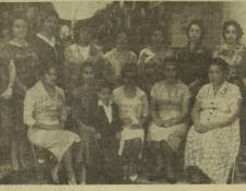 En 1960, el patronato de  padres de familia organizó un evento para las maestras de la Escuela Nacional de Párvulos América.  Se hicieron presentaciones artísticas, las maestras recibieron regalos y también se brindó con vino.  (Foto: Hemeroteca Prensa Libre)