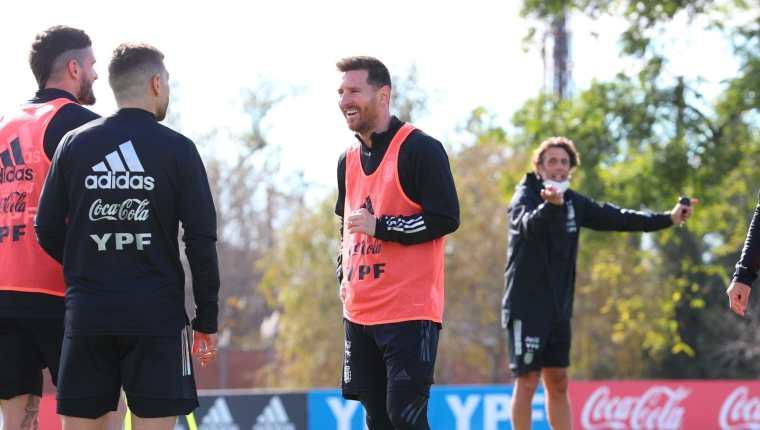 Leo Messi durante el entrenamiento de la Albiceleste. (Foto Prensa Libre: Twitter @Argentina)