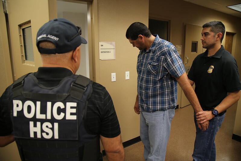"""""""Mulas ciegas"""": la nueva modalidad del crimen organizado para cruzar droga y que recluta a personas mediante empleos falsos a través de Facebook"""