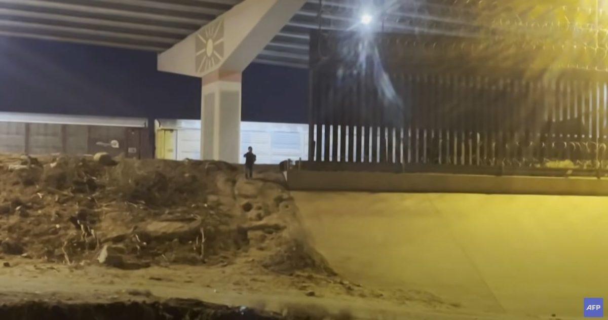 """""""¡No te vayas!"""": el desgarrador grito de un niño de 5 años que fue abandonado en la frontera entre Estados Unidos y México"""