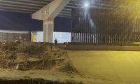 Una periodista de AFP captó las imágenes de un niño migrante que es abandonado en El Paso, Texas, Estados Unidos y luego fue rescatado por la Patrulla Fronteriza. (Foto Prensa Libre: Captura de video de YouTube)