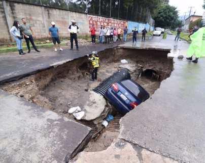 Vehículo cae al fondo de un agujero en la colonia Pablo VI, de Mixco, que se había llenado por la lluvia
