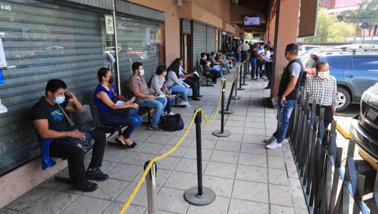 Personas hacen fila a la espera de ser atendidos en el centro de emisión de pasaportes de la zona 4. (Foto Prensa Libre: Hemeroteca PL)