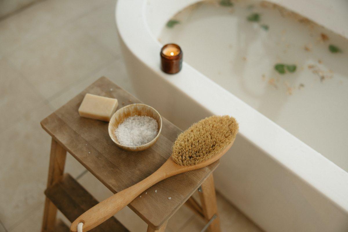 Ayunar y bañarse con agua fría no fortalece el sistema inmunitario en pocos días