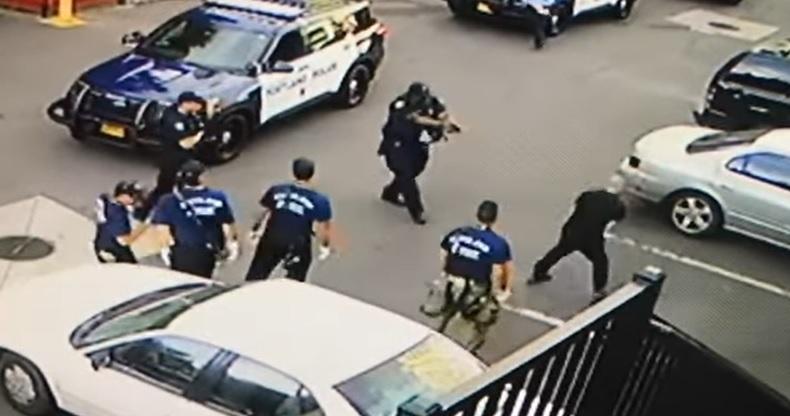 Video: el fuerte momento en que un policía dispara a un hombre que lo amenazaba con un destornillador