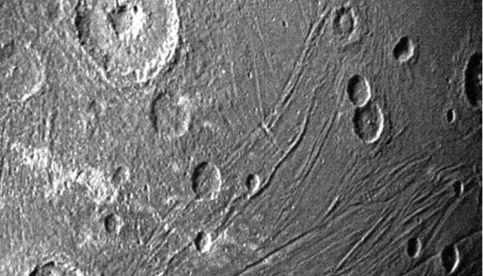 Fotografía cedida este martes por la agencia espacial estadounidense NASA donde se muestra Ganímedes. (Foto Prensa Libre: EFE)
