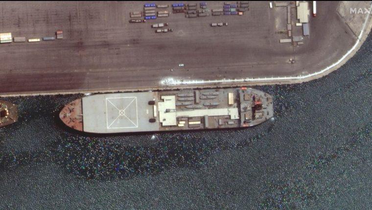 El buque naval iraní, el Makran, se ve en Bandar Abbas, Irán, en esta imagen satelital tomada el 28 de abril de 2021. Foto tomada el 28 de abril de 2021. Imagen satelital 2021 Maxar Technologies / Handout via REUTERS