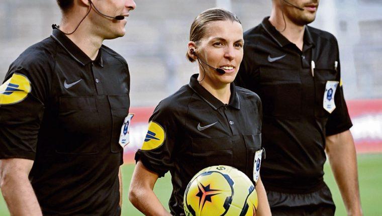 Stephanie Frappart, la árbitra que está haciendo historia en el futbol. (Foto Prensa Libre: Hemeroteca PL)