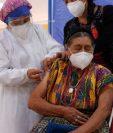 María Lucrecia Sutuy Boc, de 83 años, llegó a vacunarse al Salón Jocoteco, de San Juan Sacatepéquez. (Foto Prensa Libre: Esbin García)     Fotograf'a  Esbin Garcia 11-05-21