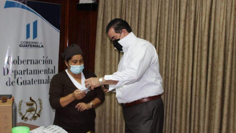 Carlos Waldemar Barillas, gobernador departamental de Guatemala, luego de ser inmunizado contra el coronavirus. (Foto Prensa Libre: La Red)