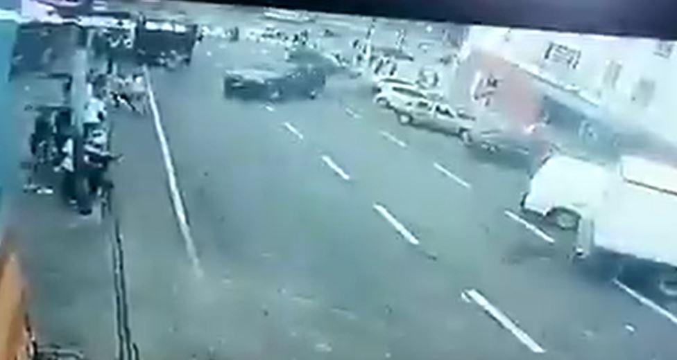 Video: el escalofriante momento en el que un policía atropella a seis personas y huye del lugar