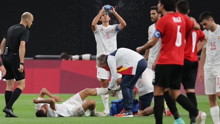 IL en el suelo) recibe atención médica tras sufrir una lesión en el juego ante Egipto. Podría quedar fuera de la competencia. Foto Prensa Libre: AFP.
