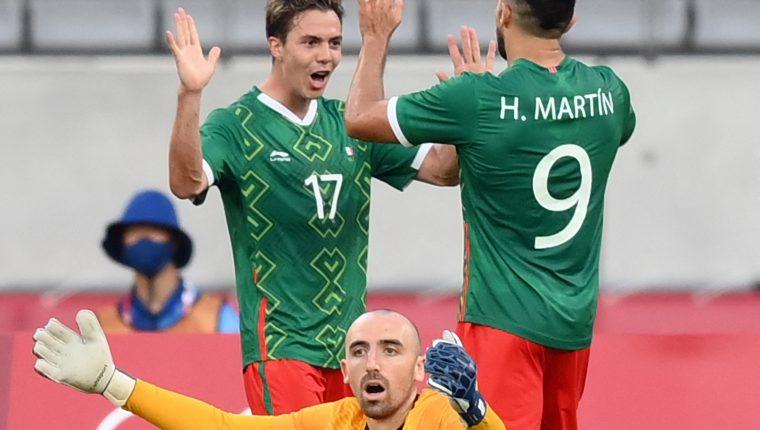EL mediocampista mexicano Sebastián Córdova celebra el segundo gol ante el amento del portero francés Paul Bernardoni. Fot Prensa Libre: AFP.