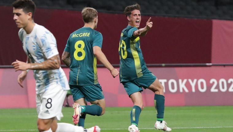 El australiano Lachlan Wales (C) celebra después de marcarle un gol a Argentina en el Sapporo Dome. Foto Prensa Libre: AFP.