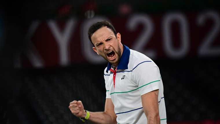 Kevin Cordón luchó hasta el final ante el danés Viktor Axelsen que avanzó a la final del bádminton en Tokio 2020. Cordón peleará por la medalla de bronce. Foto Prensa Libre: AFP.