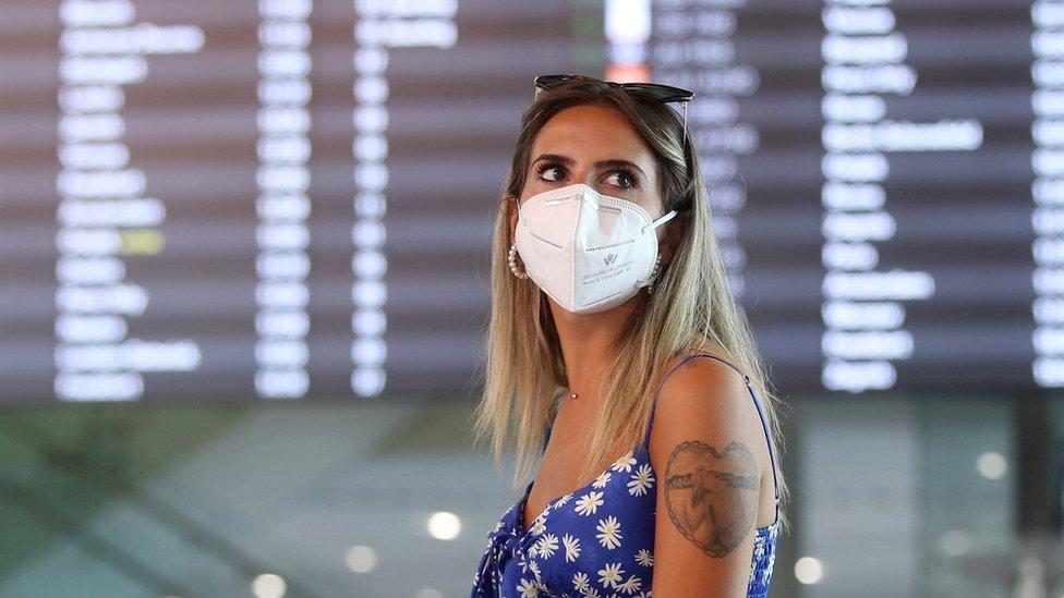 """En qué consiste el """"pasaporte de vacunas"""" de la Unión Europea (y cómo afecta a los viajeros de América Latina)"""