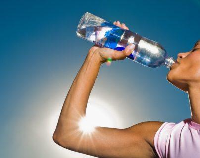 3 razones por las que es tan importante beber agua (incluso si no tenemos sed)
