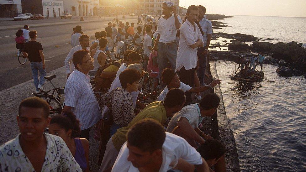 """Protestas en Cuba: qué fue el histórico """"Maleconazo"""" de 1994 y cómo se compara con las masivas movilizaciones de este domingo"""