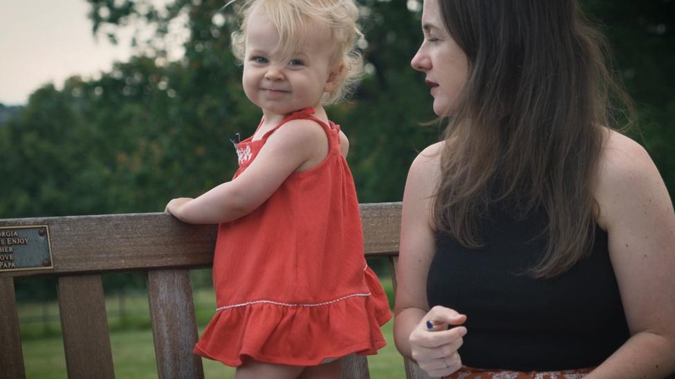 """""""No ve televisión ni el celular"""": la niña de 2 años que se hizo viral diciendo palabras difíciles"""