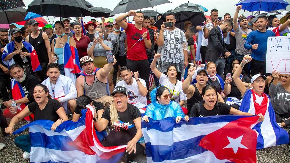 En imágenes: el bloqueo de una autopista en Miami en solidaridad con las protestas en Cuba