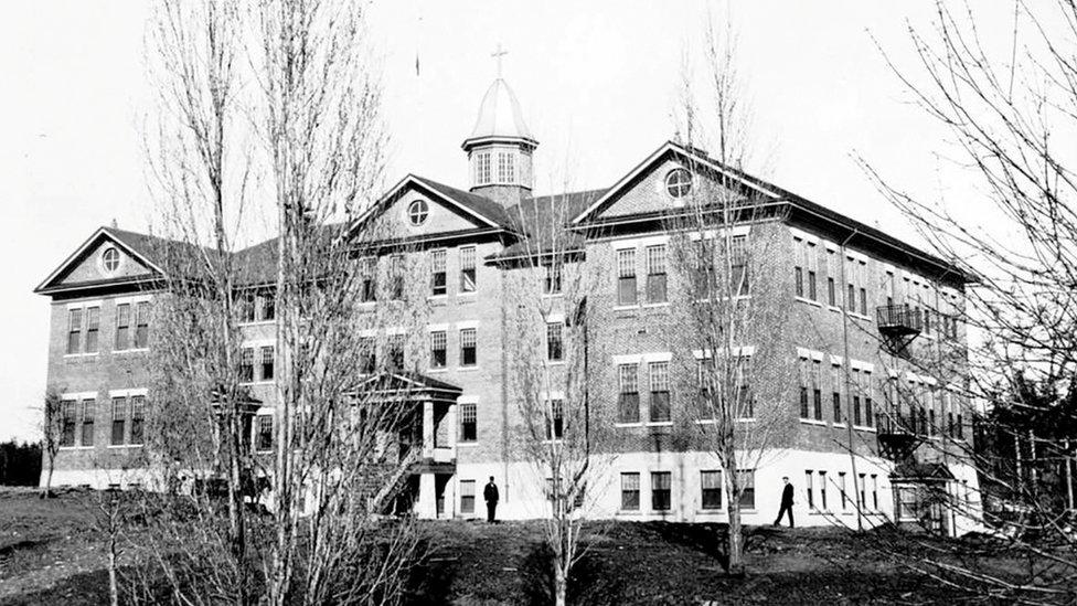 """""""Alcatraz de Canadá"""": la oscura historia de la escuela para niños indígenas en la que encontraron otras 160 tumbas sin identificar"""