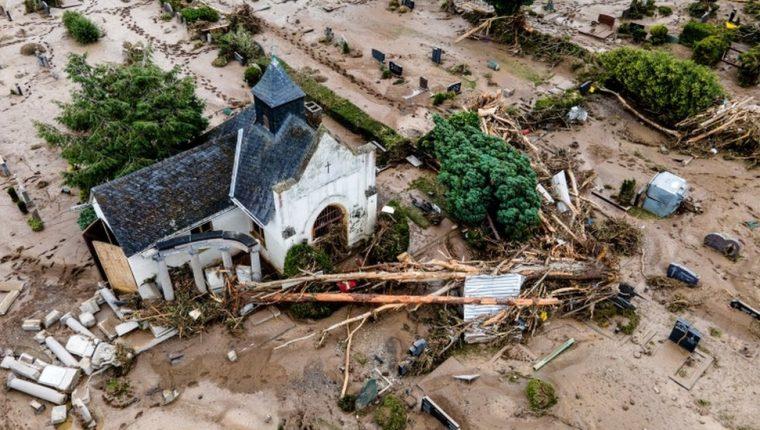 Una vista aérea tomada con un dron muestra un cementerio después de las inundaciones en Bad Neuenahr-Ahrweiler, Alemania.