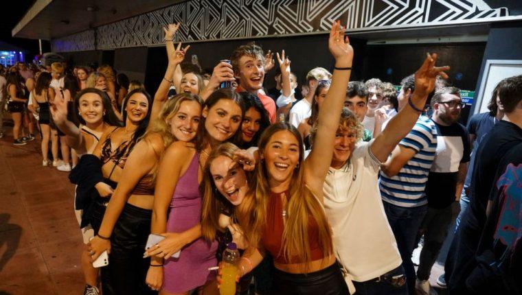 Clientes en la cola para entrar en un club nocturno en Brighton, Inglaterra, celebran el fin de las restricciones. Getty Images