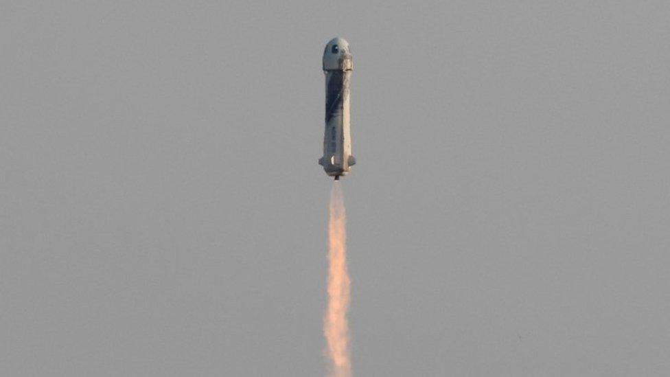 Jeff Bezos: qué es la línea Kármán, el límite del espacio que cruzó el fundador de Amazon