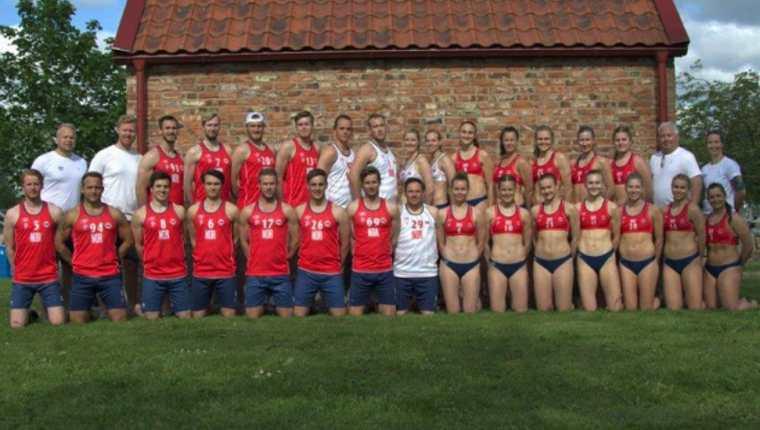 Así de diferentes lucen las vestimentas de los equipos de balonmano de playa femenino y masculino de Noruega.