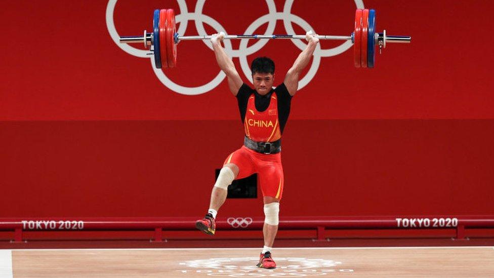 Olímpicos de Tokio: la increíble técnica con la que un pesista chino que levantó 166 kilos en una sola pierna