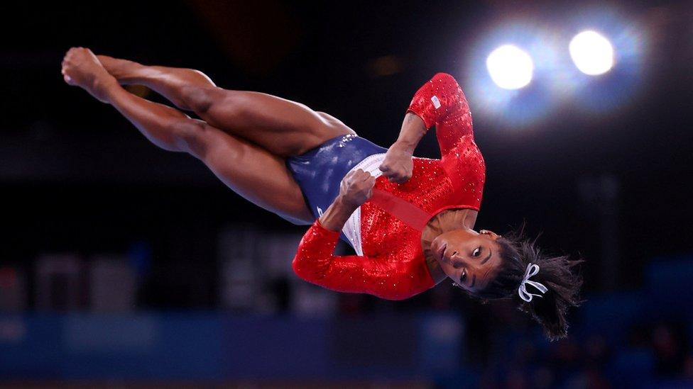 """Simone Biles: qué son los """"twisties"""" y cómo pueden poner en serios riesgos físicos a las gimnastas"""