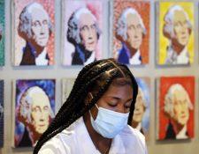 Para algunos estadounidenses, la recomendación de dejar de usar mascarilla para los completamente vacunados fue un error que ahora se paga. (GETTY IMAGES)