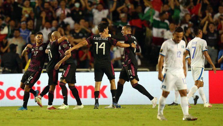 Los jugadores de la Selección de México festejan el único gol conseguido frente a El Salvador. (Foto Prensa Libre: AFP).