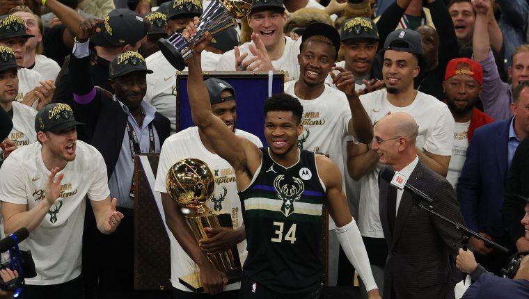 El griego Giannis Antetokounmpo #34 de los Milwaukee Bucks celebra el campeonato que ganaron ante los Suns en la NBA. Foto Prensa Libre: AFP
