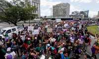 GU7001. CIUDAD DE GUATEMALA (GUATEMALA), 08/03/2020.- Miles de mujeres participan en la marcha del Día Internacional de la Mujer y en memoria a las 56 niñas víctimas del incendio del Hogar Seguro Virgen de la Asunción el 8 de marzo del 2017, este domingo en Ciudad de Guatemala (Guatemala). Con una marcha por el Centro Histórico de la Ciudad de Guatemala las mujeres cantaron consignas contra el Estado a quien acusan de la muerte de las niñas, contra la violencia machista y contra la iglesia. EFE/Esteban Biba