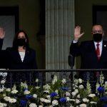 La vicepresidenta de Estados Unidos, Kamala Harris (i), y el presidente de Guatemala, Alejandro Giammattei, saludan tras una reunión en el Palacio Nacional de la Cultura, en Ciudad de Guatemala para una reunión en la que abordarán la migración ilegal y otros temas. (Foto Prensa Libre: EFE)