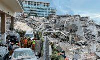 USA588. SURFSIDE (FL, EEUU), 25/06/2021.- Fotografía divulgada hoy por el Departamento de Bomberos del Condado de Miami-Dade donde se muestra los escombros de parte del edificio de 12 pisos derrumbado en la ciudad de Surfside, al norte de Miami Beach, Florida (EE.UU.). La búsqueda de supervivientes del desplome parcial de un edificio residencial frente a la playa en Miami-Dade continuaba este viernes, mientras las cifras de muertos y desaparecidos aumentaban a 4 y 159, respectivamente, en medio de la desesperación de cientos de personas por saber de los suyos. EFE/ Bomberos De Miami-dade/ SOLO USO EDITORIAL/NO VENTAS/SOLO DISPONIBLE PARA ILUSTRAR LA NOTICIA QUE ACOMPAÑA/CRÉDITO OBLIGATORIO
