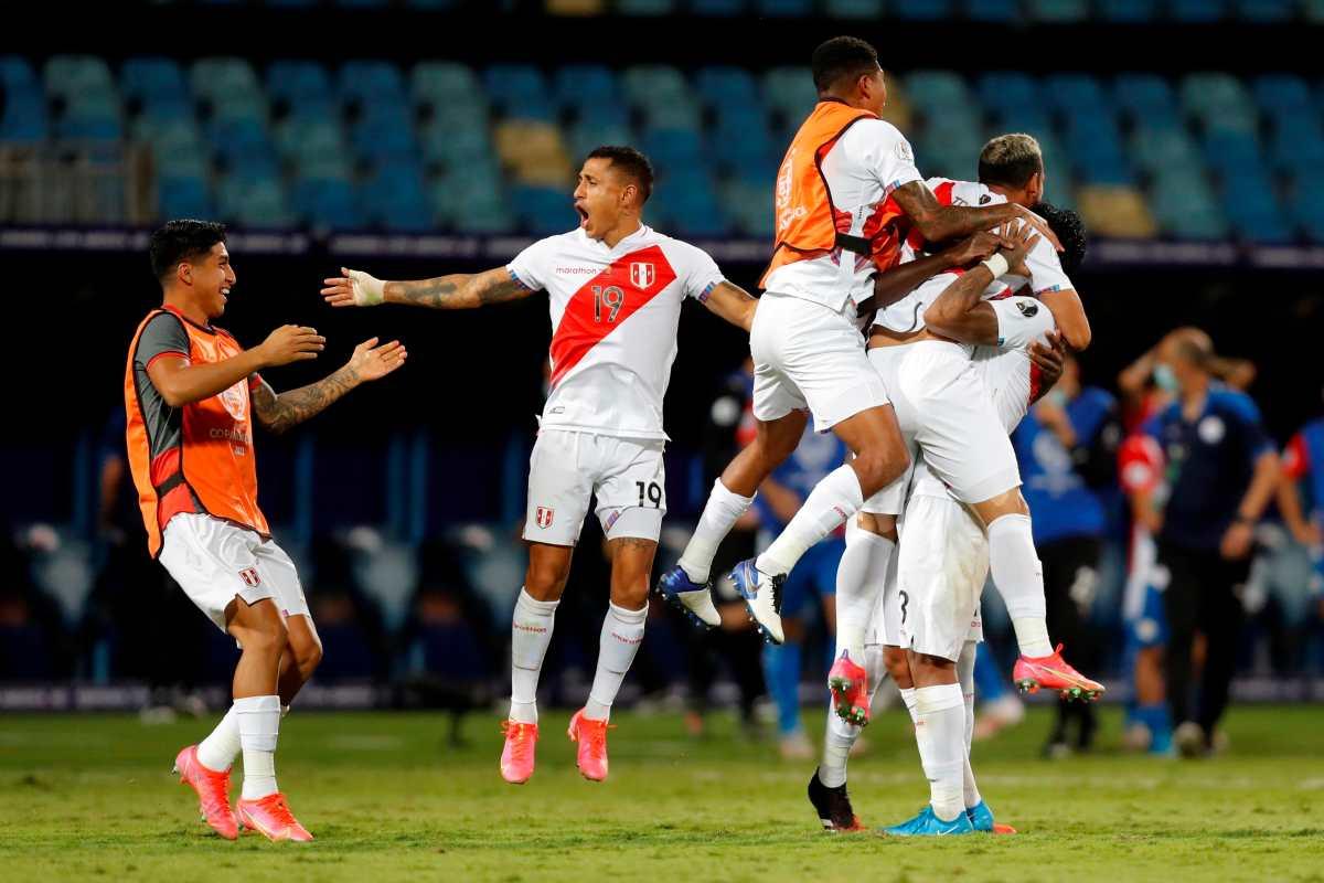 Perú supera en duro pulso a Paraguay y consigue el boleto a las semis