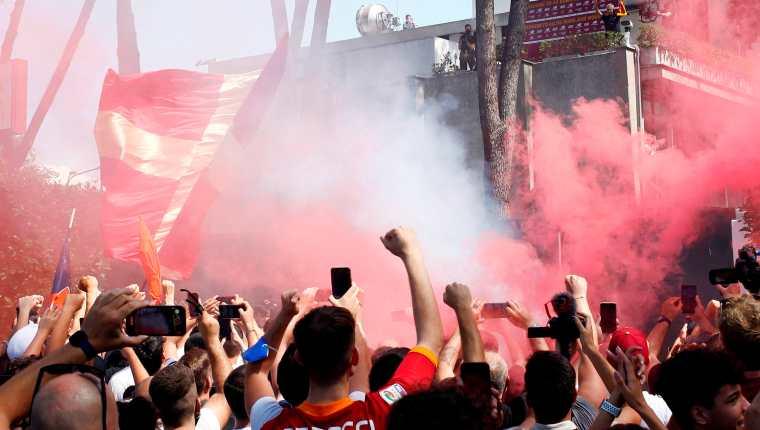 Los aficionados de la Roma ovacionaron a José Mourinho. (Foto Prensa Libre: EFE)