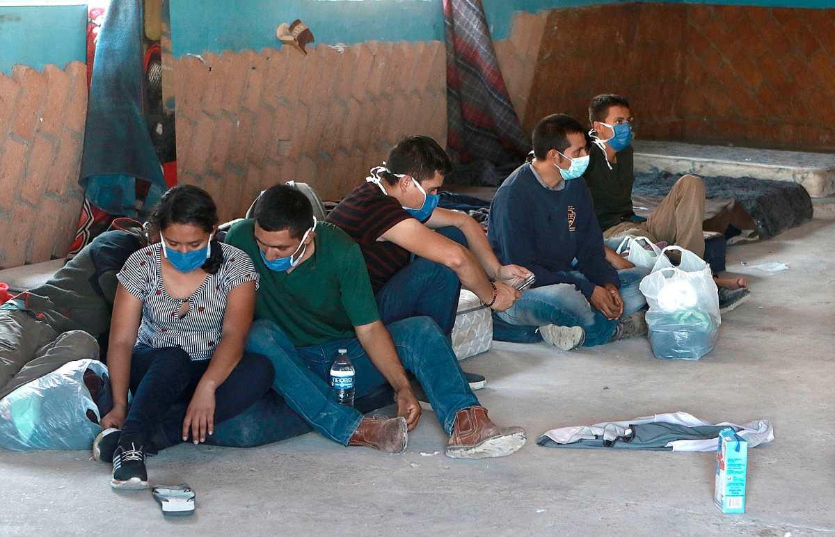 """Juez de Estados Unidos ordena restaurar el programa migratorio """"Permanezcan en México"""""""