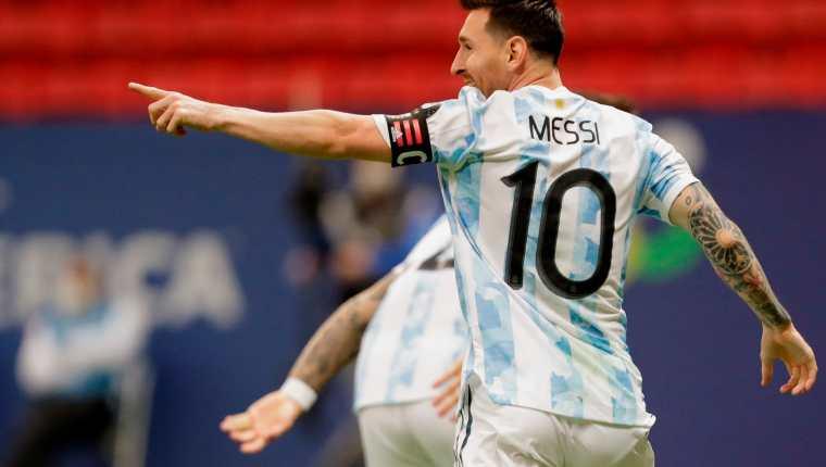 Lionel Messi celebra un gol anotado por Lautaro Martínez ante Colombia, durante las semifinales de la Copa América. (Foto Prensa Libre: EFE)