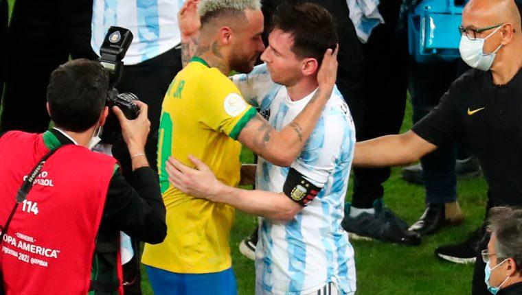 Lionel Messi abraza a Neymar Jr, en la final de la Copa América entre Argentina y Brasil. (Foto Prensa Libre: EFE)
