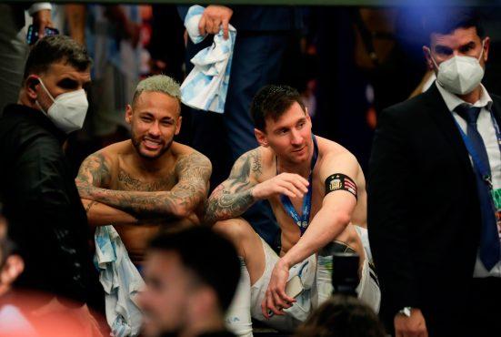 Lionel Messi habla con Neymar tras la final de la Copa América. (Foto Prensa Libre: EFE)