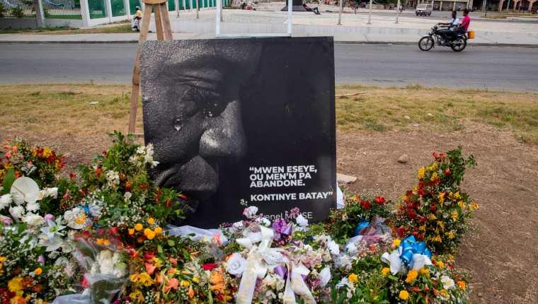 Fotografía que muestra un altar con flores como homenaje al presidente Jovenel Moïse, asesinado el 7 de julio en su domicilio, frente al Palacio Nacional, en Puerto Príncipe, Haití. (Foto Prensa Libre: EFE)