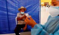 GU5001. SAN JUAN SACATEPÉQUEZ (GUATEMALA), 16/07/2021.- Personas son vacunadas con la segunda dosis de la vacuna AstraZeneca, el 15 de julio de 2021 en San Juan Sacatepéquez. Guatemala lidia con una baja vacunación en plena cuarta ola de covid-19 Guatemala se ubica al fondo de los registros de vacunación contra la covid-19 de Latinoamérica, mientras crece el descontento popular por la falta de unidades inmunizadoras y la transmisión de la pandemia y las muertes asociadas a esta se instalan en la cuarta ola en 16 meses. EFE/Esteban Biba